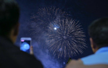 Ngắm pháo hoa rực sáng trên bầu trời Sài Gòn đêm 30-4