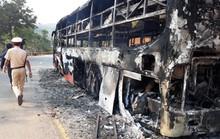Xe khách chở 38 người cháy rụi trong đêm