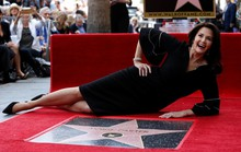 Sao phim Wonder Woman hạnh phúc nhận sao ở tuổi 66
