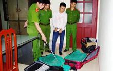 Cặp vợ chồng giấu 130 kg rắn hổ mang chúa trong va li kéo, ba lô