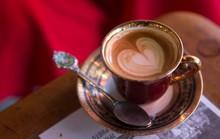 Mẹ bầu dùng caffeine: ảnh hưởng con nhiều năm sau