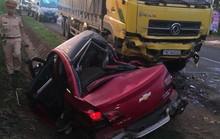 Xe con bẹp dúm sau khi tông vào xe tải, 2 người thương vong