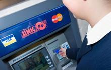 Người dùng thẻ ATM ở các nước có trả phí rút tiền?