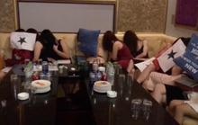 Tiếp viên nữ phục vụ quý ông Hàn Quốc trong nhà hàng không phép