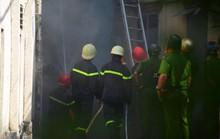 Ngôi nhà chứa vải vụn ở Sài Gòn bốc cháy ngùn ngụt