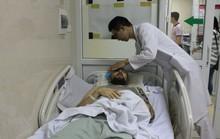 Thanh niên người nước ngoài nằm hôn mê ven đường với nhiều vết thương