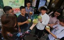 Người Sài Gòn thích thú với máy bán dừa tự động độc đáo