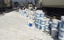 Xe container thắng gấp, cả trăm thùng sơn đổ trắng xóa Quốc lộ 1