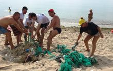 Du khách nước ngoài dọn rác biển Nha Trang vì không chịu nổi