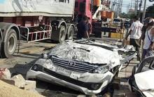 Bị xe tải 18 bánh đè trúng, tài xế xe hơi thoát chết kỳ diệu