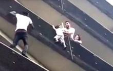 Người Nhện châu Phi tay không leo 4 tầng cứu bé trai trong 1 phút