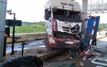 Sau khi tông xe khách, xe đầu kéo ủi thẳng trạm BOT