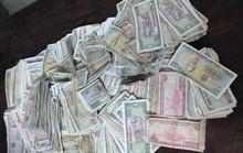 Mang cả thùng tiền lẻ đi đóng thuế rồi phát trực tiếp trên Facebook