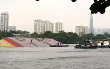 Sà lan chìm trên sông Sài Gòn: Kéo từ Bình Dương lên TP HCM trục vớt