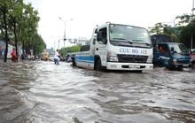 Mới ký hợp đồng thuê máy bơm, đường Nguyễn Hữu Cảnh vẫn thành sông