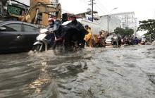 TP HCM: Đường thành sông, người dân dắt xe bì bõm về nhà
