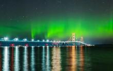 Cực quang tuyệt đẹp bao phủ cầu Mackinac nổi tiếng