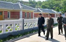 Tới Singapore, ông Kim Jong-un để lại cánh tay phải ở nhà