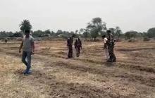 Ấn Độ: 20 người trói chồng vào cây, cưỡng hiếp vợ và con gái