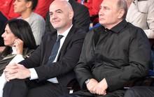HLV tuyển Nga nhận quà bất ngờ từ tổng thống Putin giữa buổi họp báo