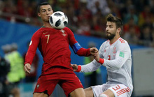 """Pique """"nóng mặt"""" vì thói quen ăn vạ của Ronaldo"""