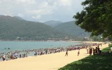 Hàng ngàn người đội nắng giữa trưa tắm biển ngày Tết Đoan Ngọ