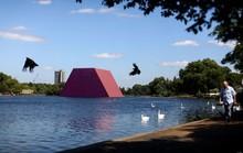 Sửng sốt với kim tự tháp đồ sộ trên mặt nước