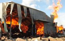 Cháy lớn tại kho gỗ, 5 giờ đồng hồ vẫn chưa dập được lửa