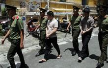 Dùng thẻ tín dụng giả mua iPhone, 2 khách Trung Quốc vào tù