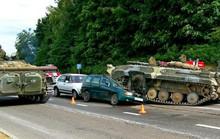 Xe thiết giáp mất lái, đè nát xe hơi