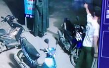 Trưởng công an xã nổ liên tiếp 2 phát súng giải tán đám đông vác dao kiếm đòi chém