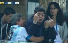 Maradona: Chửi thề, giơ ngón tay thối và… ngất xỉu trên sân