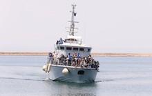 Thuyền nổ động cơ, người di cư biết chết mà không thoát được
