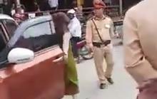 Nữ tài xế đỗ ô tô chắn ngang đường, dọa đến trụ sở CSGT quậy tiếp