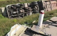 Xe khách chở người có công tông nhau với xe tải, 10 người bị thương