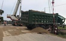 Nằm trên đường sắt Bắc-Nam, xe hổ vồ bị tàu hỏa tông biến dạng