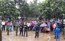 Người dân đội mưa theo dõi phiên tòa vụ xả súng kinh hoàng