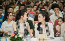 Á hậu Tú Anh hào hứng tặng sách cho sinh viên Hà Nội