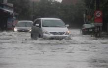 Mưa lớn kéo dài, đường phố bỗng hoá thành sông