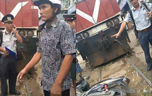 Bị tàu lửa tông, người nhà dùng xe máy chặn đoàn tàu để bắt đền