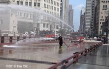 Mỹ: Nóng tới mức cứu hỏa phải phun nước cứu cầu thép