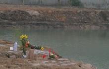 Chết lặng phát hiện 2 anh em ruột 4-5 tuổi đuối nước dưới ao