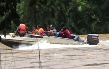 4 cán bộ thủy văn mắc kẹt giữa dòng nước dữ suốt 8 giờ