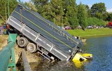 Xe tải lao thẳng xuống hồ Xuân Hương như phim