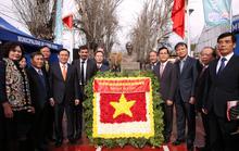 Phó Thủ tướng Vương Đình Huệ dâng hoa tại Công viên Hồ Chí Minh tại Chile
