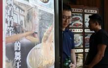 Khách xếp hàng dài vào tiệm mì 70 năm sắp đóng cửa ở Hong Kong