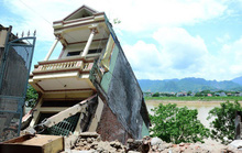 Xót xa cảnh hàng chục căn nhà chực chờ đổ sụp xuống sông Đà