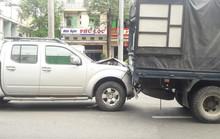 Tránh cô gái ngã xuống đường, xe tải và 2 ô tô va chạm liên hoàn
