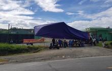 Đi ngủ đeo khẩu trang, người dân dựng rạp chặn cổng nhà máy xử lý rác