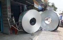 4 cuộn tôn nặng hàng chục tấn rơi từ trên xe xuống nhà dân